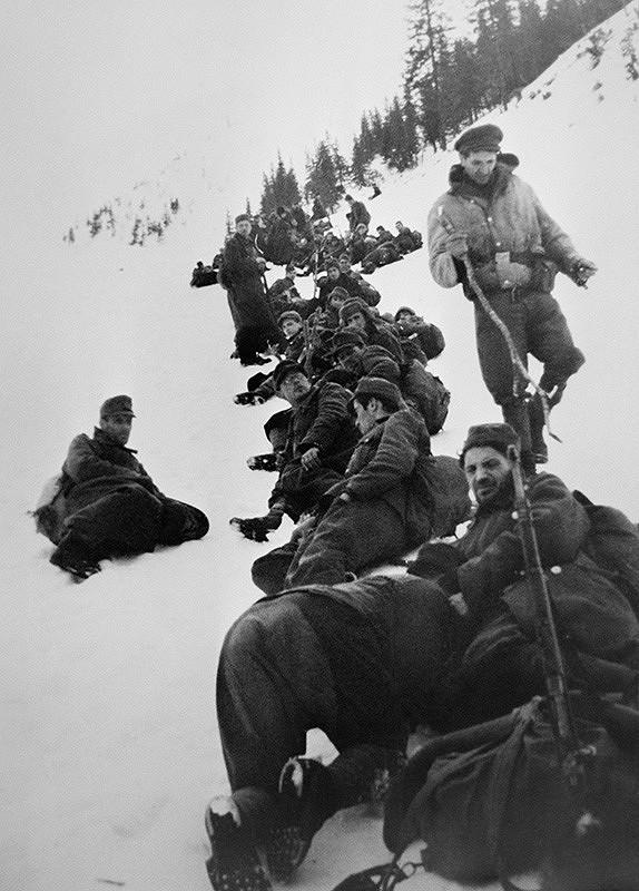 František Nový - Prechod partizánskej brigády Pomstiteľ cez front. Odpočinok na ceste z Magurky na Chabenec.