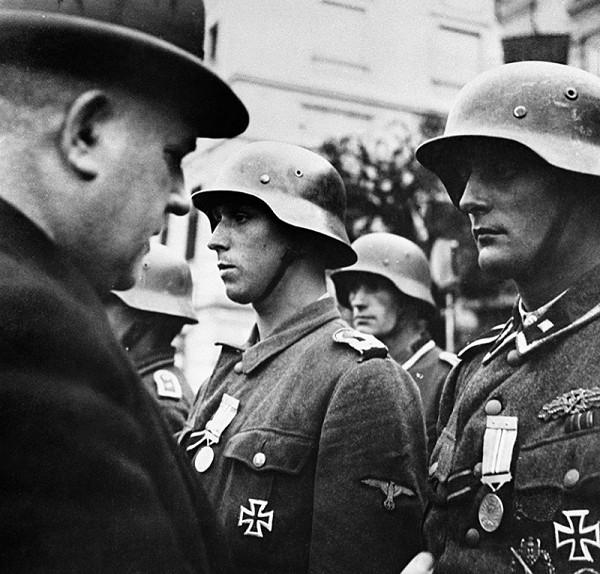 Neznámy autor - Prezident Jozef Tiso vyznamenáva nemeckých vojakov za potlačenie SNP na námestí v Banskej Bystrici