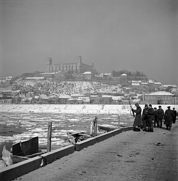 Jozef Nový – Stavba pontónového mostu cez Dunaj vojakmi Červenej armády