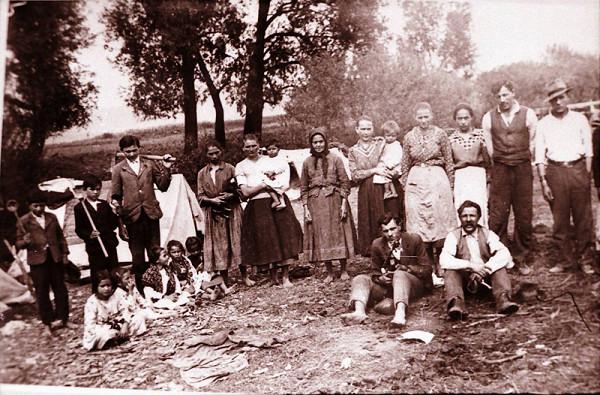 Jozef Kolarčík-Fintický – Rodiny cigáňov korytárov v kočovnom tábore Haniska