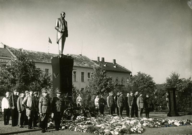 Neznámy autor – Pohrebný sprievod T.G.Masaryka, Pamätník realizovaný Helenou Mandičovou v roku 1928, Východoslovenské múzeum, Fond historickej a umeleckej fotografie
