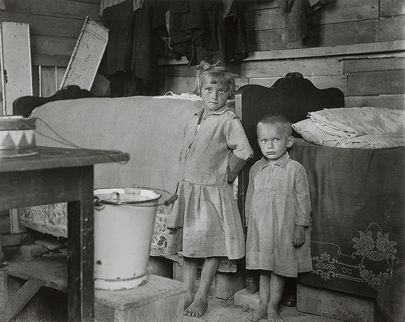 Iľja Jozef Marko – Bez názvu, pohľad na deti stojace v dome, 1936 – 1937, Archív výtvarného umenia AVU SNG