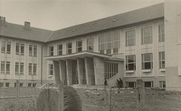 Vladimír Dedeček, Neznámy autor - Bližšie neznáma základná škola (50.te roky). Pohľad na exteriér počas výstavby.
