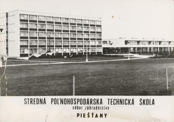 Vladimír Dedeček, Neznámy autor - Stredná poľnohospodárska technická škola v Piešťanoch - odbor záhradníctvo. Širší pohľad na školu.