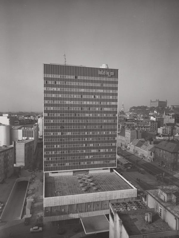 Rajmund Müller - Obchodný dom Prior a hotel Kyjev na Kamennom námestí v Bratislave. Celkový pohľad na hotel.