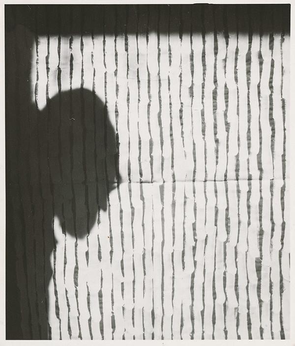 Július Koller – Archív JK/Autoportrét JK s obrazom Dotyky b (anti-obraz)