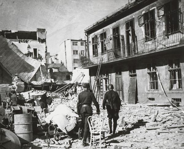 Pavol Poljak - Bratislava. Rafinéria Apollo a prístav po bombardovaní VII.