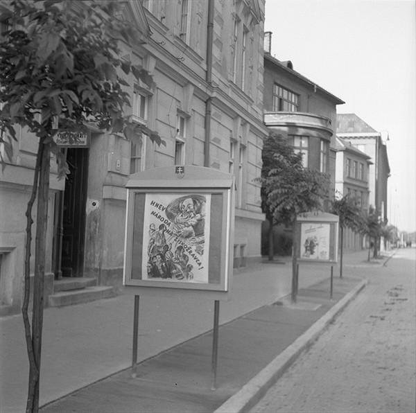 Ladislav Roller – Výkladné skrine pred Úradom propagandy v Bratislave