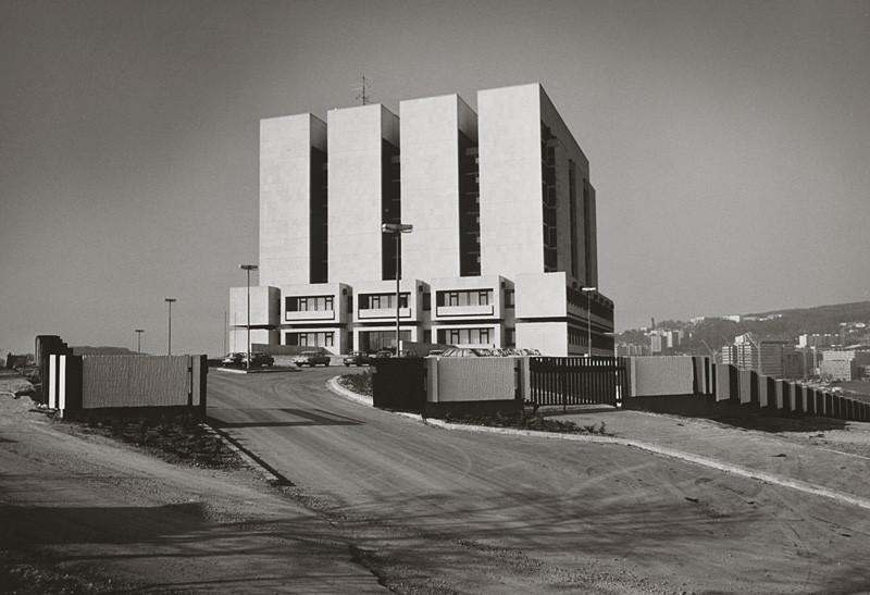 Vladimír Dedeček - Slovenský národný archív v Bratislave. Pohľad na stavbu z exteriéru. (1983), Slovenská národná galéria, SNG