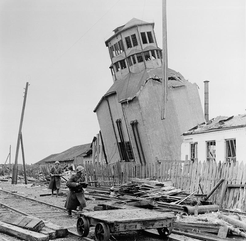 Z vojny v ZSSR - Naklonený betónový mlyn v meste Pologi