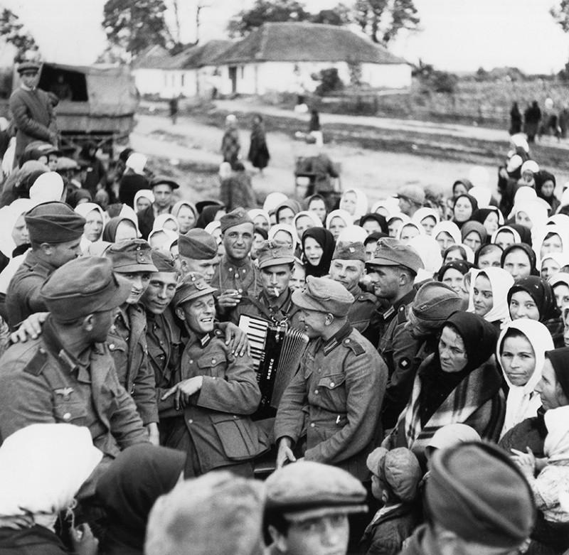Slovenskí a nemeckí vojaci pri zábave