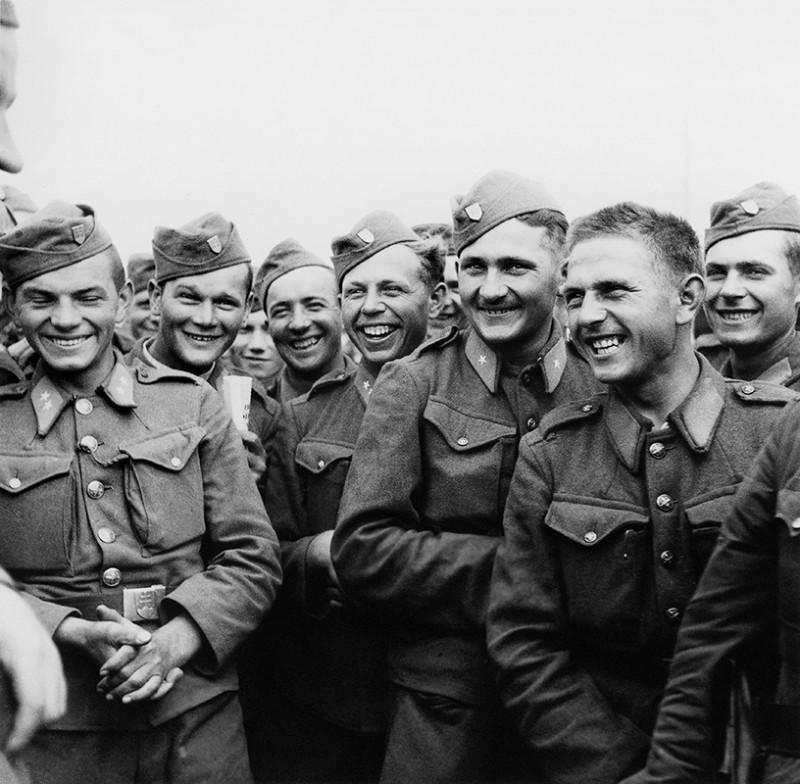 Slovenskí vojaci v čase voľna na východnom fronte - Veselý rozhovor s veliteľom