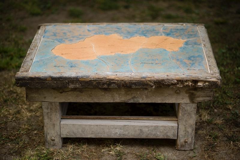 Andrea Čepiššáková – Navigačný stolík, vytvorené na XXI. Medzinárodnom keramickom sympóziu, Lučenec, Kalinovo, 2009